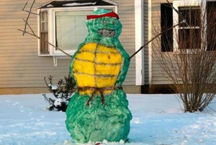 Снеговик, который решил притворится черепашкой ниндзя.