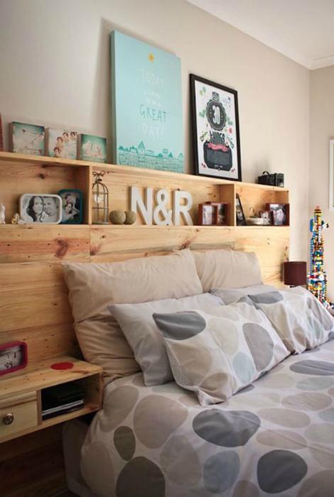 Функциональное деревянное изголовье. | Фото: Alter Ego Home.