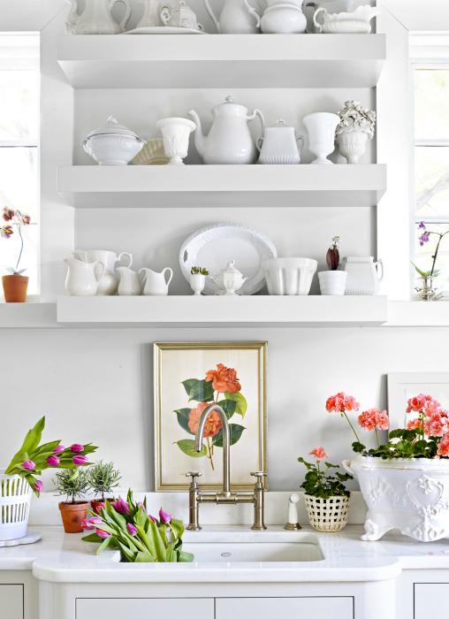 Белоснежная кухня с живыми цветами.