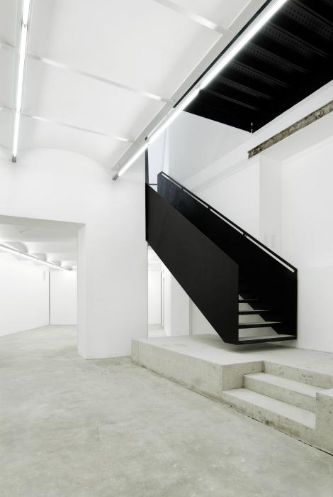 Черно-белая лестница из металла.