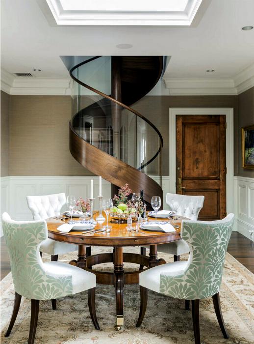 Винтовая лестница из дерева и стекла.