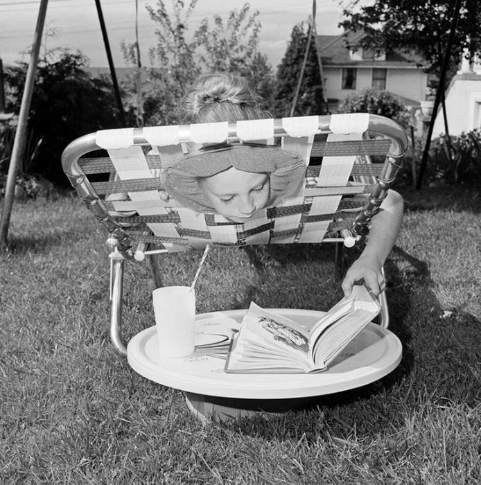 Шезлонг с отверстием для головы, который позволял принимать солнечные ванны с комфортом.