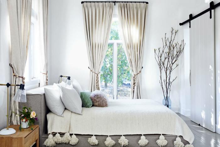 Спальня в прохладных серо-белых тонах.