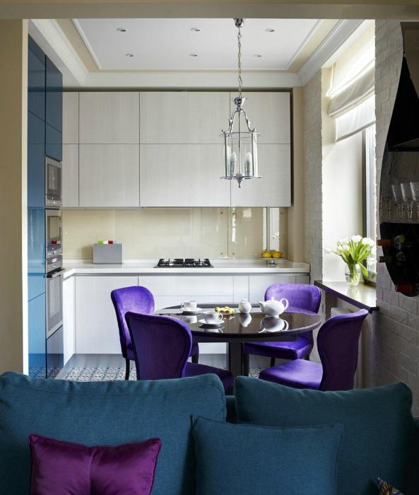 Светлая кухня с обеденной зоной в лиловых тонах.