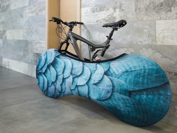 Яркий чехол для велосипеда.
