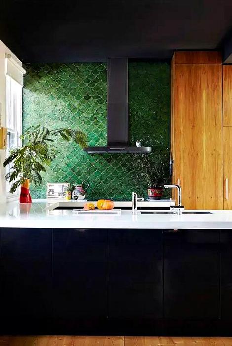 Зеленая плитка в форме рыбьей чешуи.