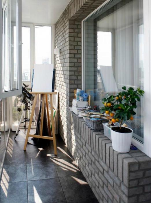 Балкон с мольбертом и телескопом.