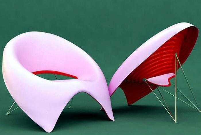 Красно-розовые стулья.