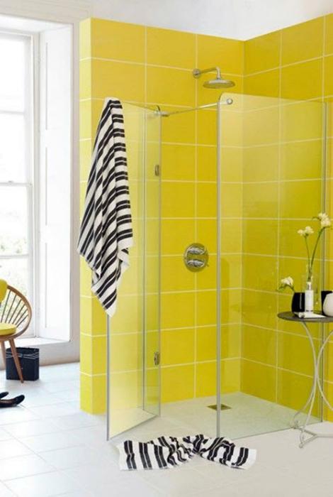 Ярко-желтая плитка в ванной.