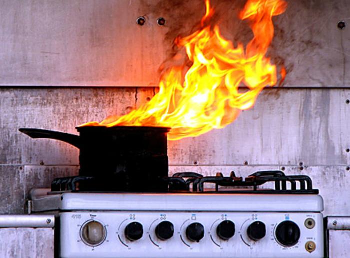 Быстро потушить небольшое возгорание.