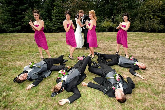 Подружки невесты на защите свадебной церемонии.