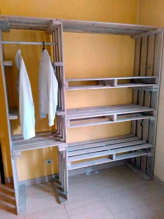 Открытый гардероб для одежды.