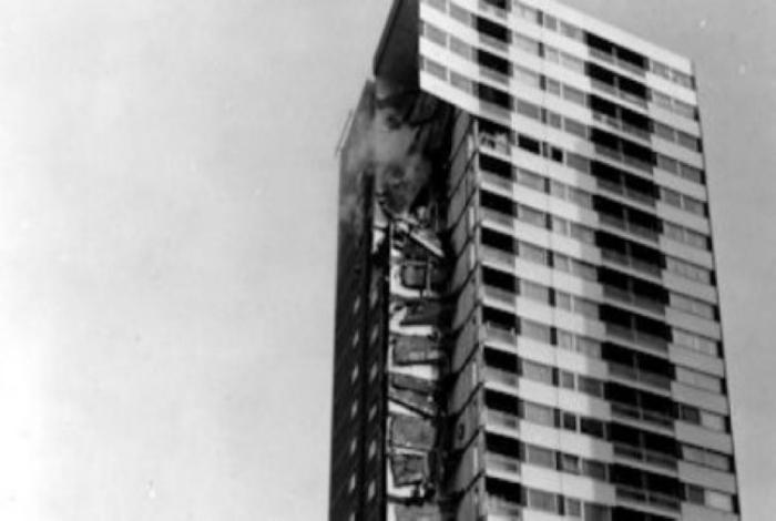 Взрыв в одной из квартир 22-этажного дома Ronan Point в Лондоне, где были выполнены все строительные нормы и правила, повлек за собой прогрессирующее обрушение. Авария произошла из-за того, что схема конструкции была аналогична карточному домику. Эта трагедия унесла жизни 4-ых людей.
