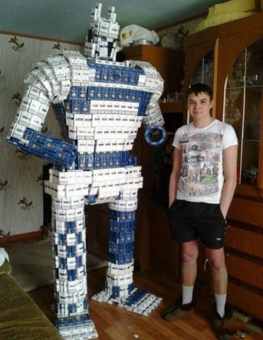 Робот из сигаретных пачек.