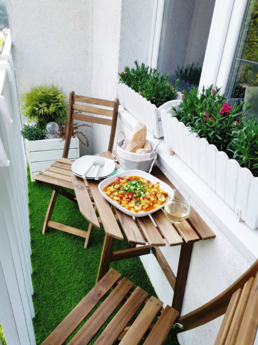 Имитация зеленой лужайки на балконе. | Фото: Deccoria.
