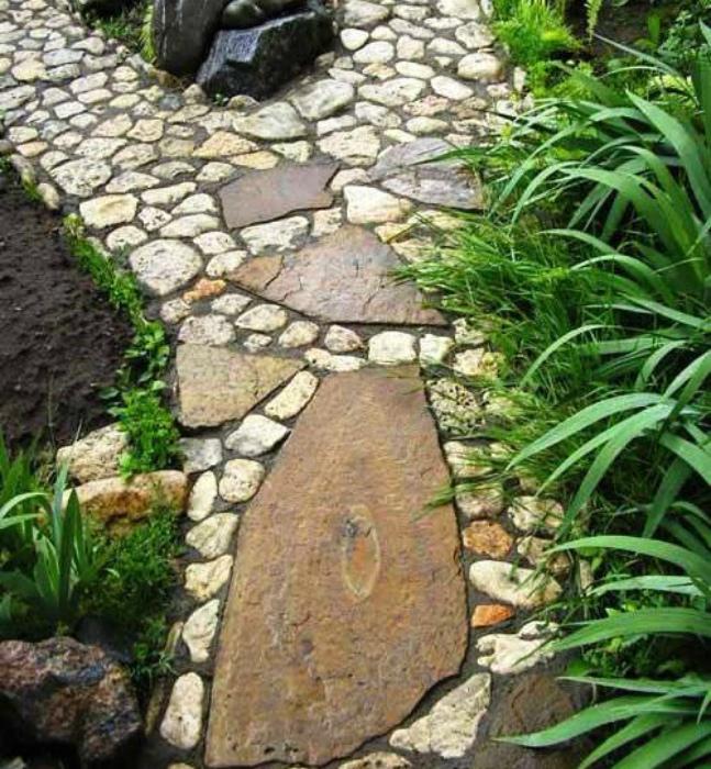 Дорожка из речных камней.