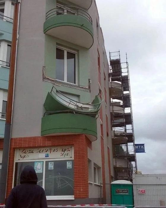 Обрушившийся балкон.