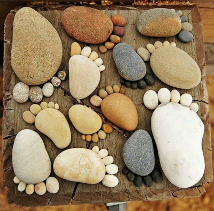 Камни, выложенные в виде следов станут оригинальными украшениями для сада.