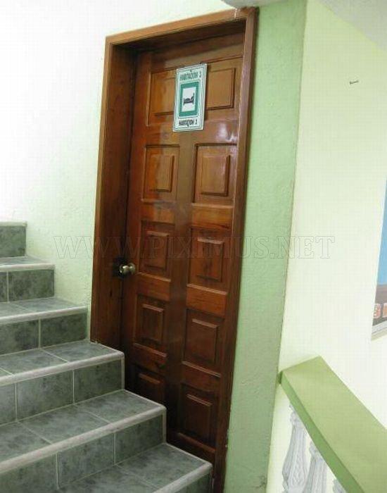 Теоретически, в эту дверь можно войти, правда не слишком удобно...