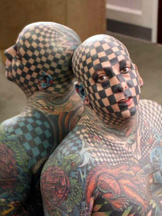 Мужчина, который превратил свое лицо в шахматную доску.