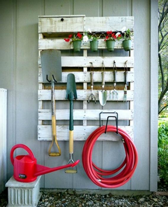 Стеллаж для садового инструмента.