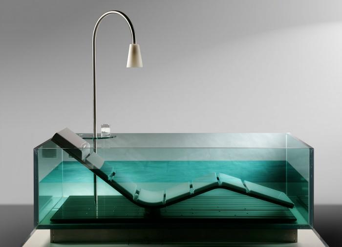 Стеклянная ванна с комфортным регулируемым шезлонгом.