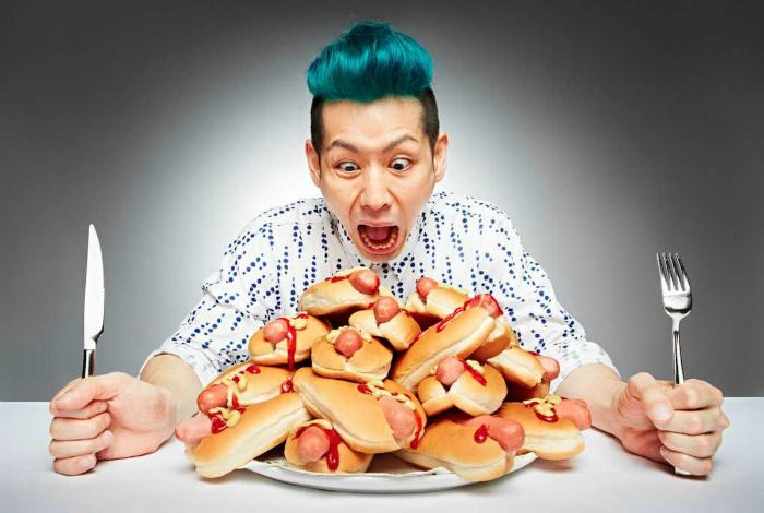 Такеру Кобаяси сумел съесть 6 хот-догов и 12 гамбургеров за 3 минуты.
