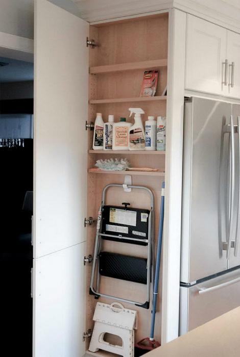 Узкий шкафчик для бытовых принадлежностей.