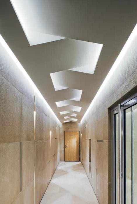 Фигурный потолок с LED-подсветкой.