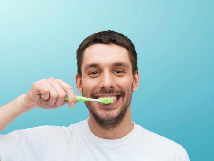 Чистить зубы следует большим количеством пасты, сильно надавливая на щетку. | Фото: idnews.co.id.