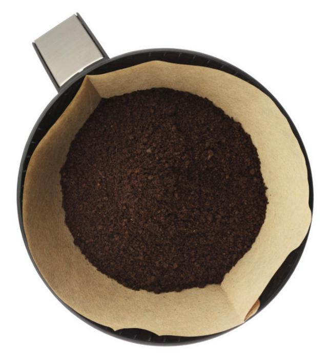 Молотый кофе для удобрения растений.