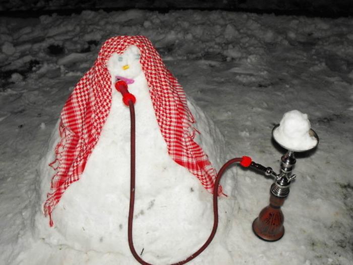 Да, некоторые снеговики тоже не прочь покурить кальян.