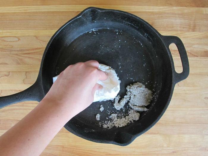 Чистка чугунных сковородок от нагара.