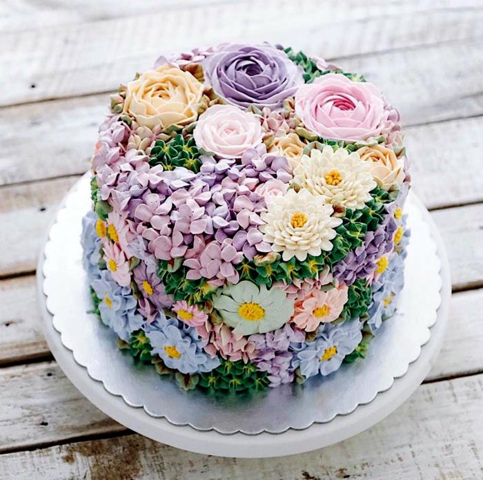 Весенний тортик, усыпанный цветами.