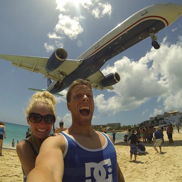 Фото на фоне взлетающего самолета.