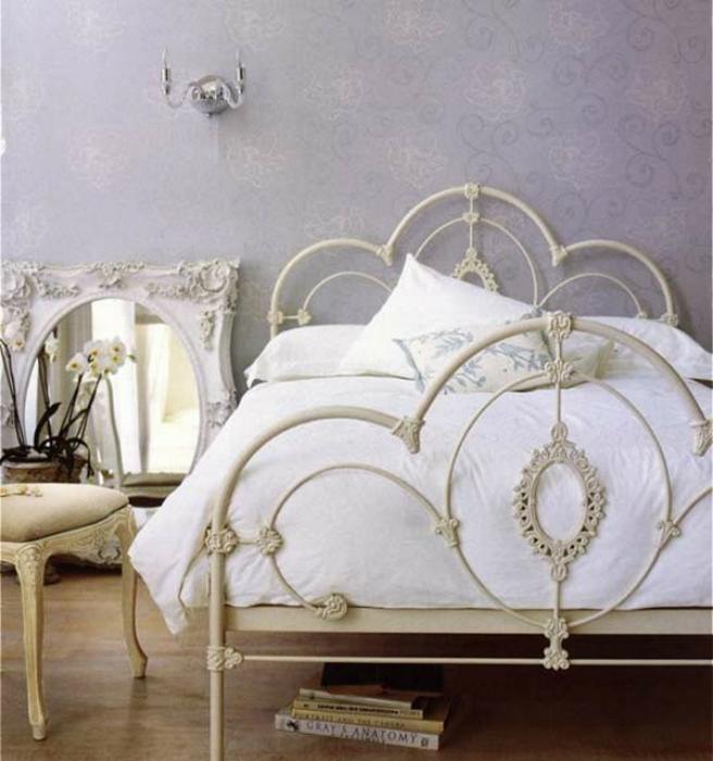 Небольшая спальня в винтажном стиле.
