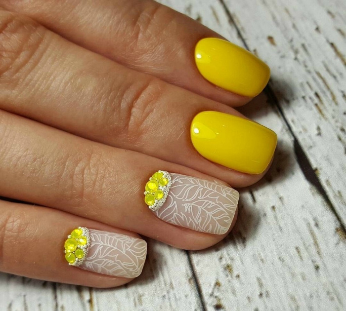 Желтый маникюр.