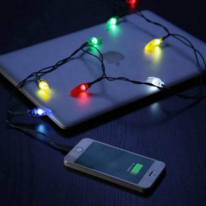 Оригинальная зарядка для iРhone в виде новогодней гирлянды.