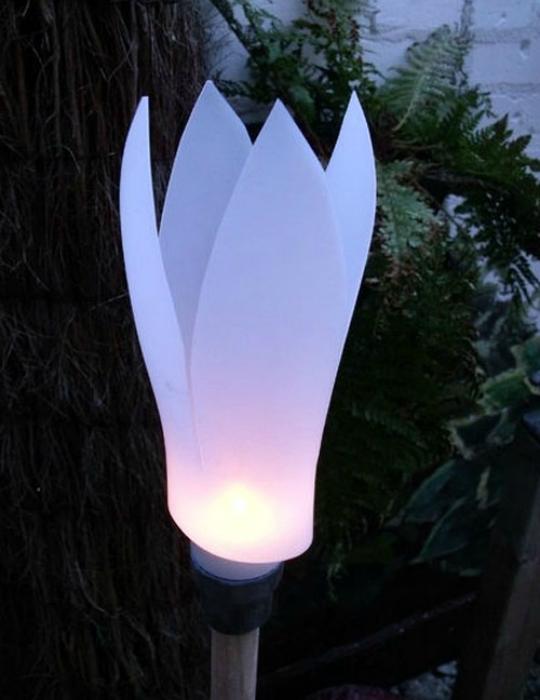 Красивый садовый фонарь из пластиковой бутылки.