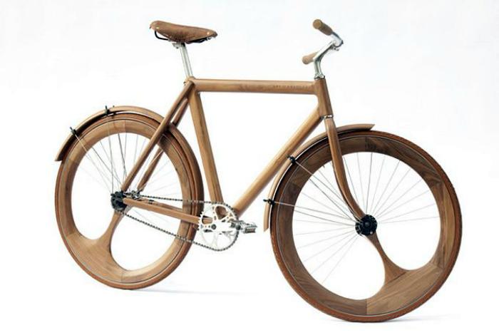 Необычный деревянный велосипед.