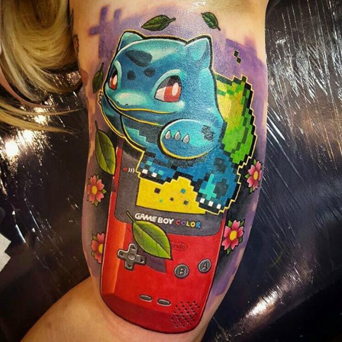 Un tatuaje de colores Pokémon.
