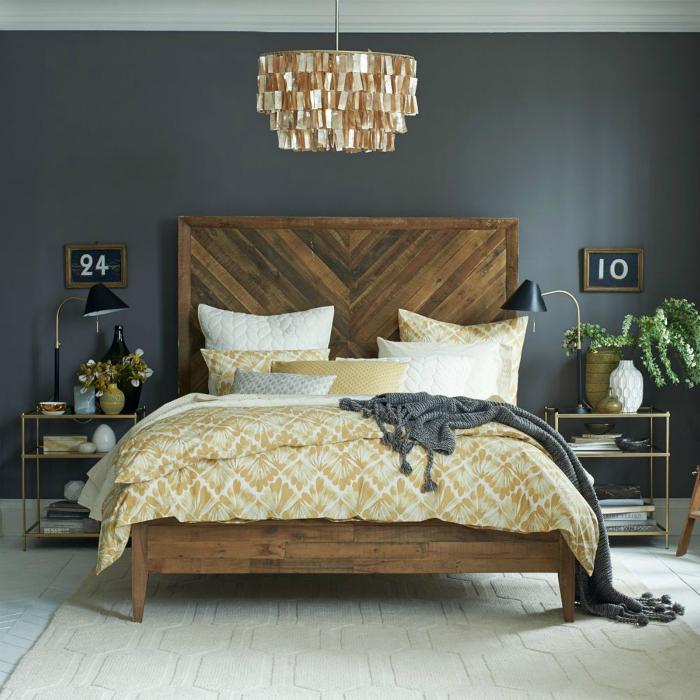 Двуспальная кровать из дерева.