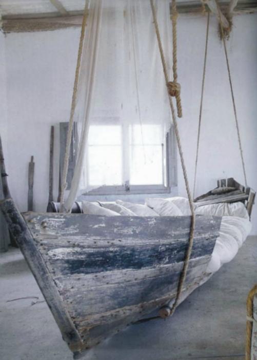 Кровать из лодки.