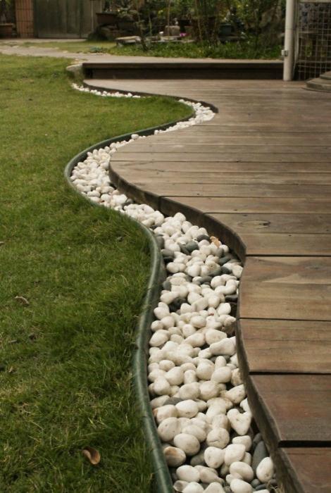 Декор садовой дорожки.