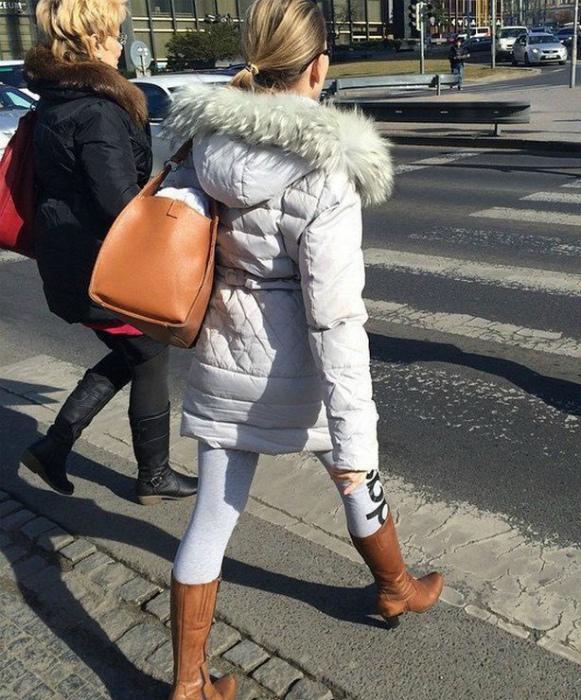 Спортивные штаны с сапогами.