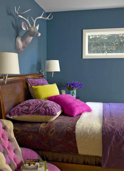 Насыщенные цвета в интерьере небольшой спальни.