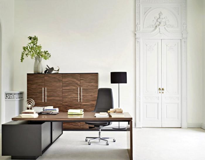 Кабинет с белоснежными стенами и темной мебелью.
