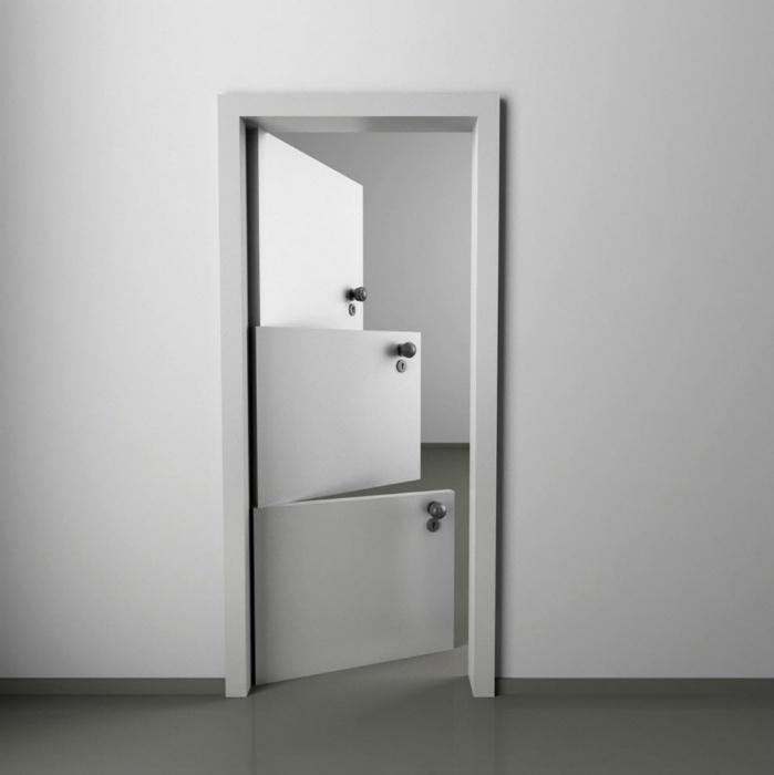 Дверь, которая состоит из трех створок.