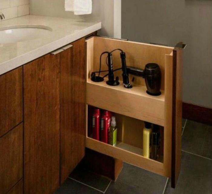 Вертикальный шкафчик в ванне. | Фото: Roomaniac.com.