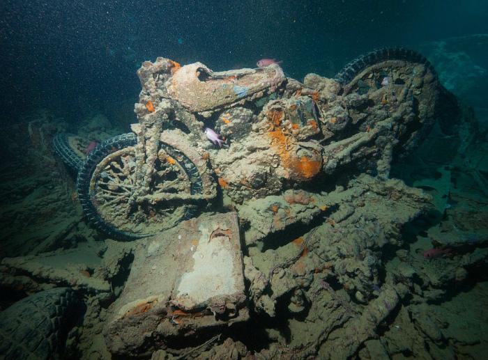 Мотоцикл под водой.